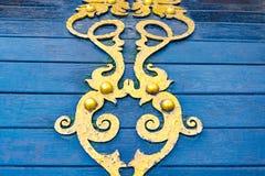 Detaljer, struktur och prydnader av den blom- dekorativa prydnaden för falsk järnbröstkorg som göras från metall Metallisk modell Fotografering för Bildbyråer