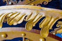 Detaljer, struktur och prydnader av den blom- dekorativa prydnaden för falsk järnbröstkorg som göras från metall Metallisk modell Royaltyfri Foto