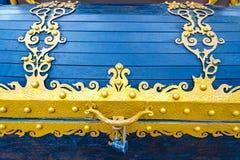 Detaljer, struktur och prydnader av den blom- dekorativa prydnaden för falsk järnbröstkorg som göras från metall Metallisk modell Arkivfoto