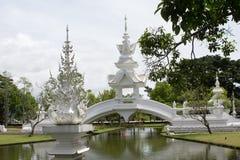 DETALJER UTANFÖR DEN VITA TEMPLET THAILAND royaltyfria bilder