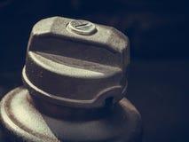 Detaljerad closeup av det plast- bränslelocket Arkivfoton