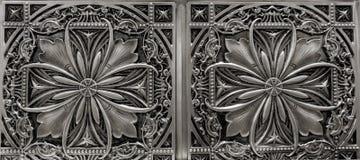 Detaljerad closeupsikt av mörk silver, metalliska inre takgarneringtegelplattor Royaltyfria Foton