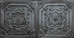 Detaljerad closeupsikt av mörk silver, metalliska inre takgarneringtegelplattor Royaltyfria Bilder