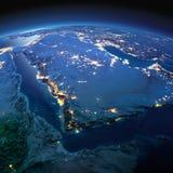 Detaljerad jord Saudiarabien p? en m?nbelyst natt arkivbilder