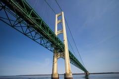 Detaljerad sikt av den Michigan Mackinaw bron Royaltyfria Bilder