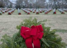 Detaljerad sikt av en krans som har förlagts på alla gravar i en militär kyrkogård royaltyfri foto