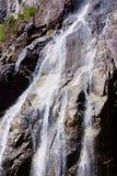 Detaljerad sikt av en liten vattenfall Royaltyfria Foton