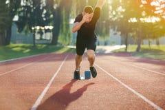 Detaljerad sikt av en sprinter som får klar att starta Selektivt fokusera Arkivfoton