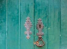 Detaljerad sikt av ett klassiskt dörrlås på gammal trädörr royaltyfri bild