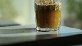 Detaljerad sikt av exponeringsglas med extra jungfrulig canolaolja lager videofilmer