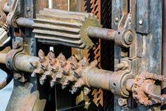Detaljerad sikt av rostiga kugghjul från gammalt snickerimaskineri Royaltyfria Bilder