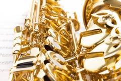 Detaljerad tangentsikt av den skinande alt- saxofonen Royaltyfria Foton