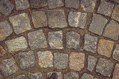 detaljerad verklig sten f?r bakgrund mycket textur av stenen, kullersten, trottoar, granit arkivfoto