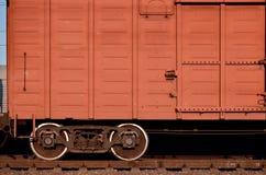 Detaljerat foto av den järnväg fraktbilen Ett fragment av beståndsdelarna av fraktbilen på järnvägen i dayligh royaltyfria bilder