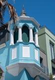 Detaljerat foto av ljust - blå byggnad i den malajiska fjärdedelen, Bo Kaap, Cape Town, Sydafrika royaltyfri fotografi