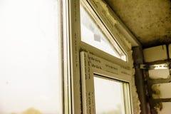 Detaljfoto av det moderna fönstret som göras av PVC-profiler royaltyfri fotografi