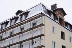 Detaljrenovering av huset med materialet till byggnadsställning Rekonstruktion av gammal byggnad Royaltyfri Fotografi