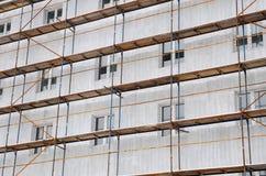 Detaljrenovering av huset med materialet till byggnadsställning Rekonstruktion av gammal byggnad Arkivbild