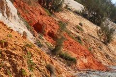 Detaljsikt av de färgade sandklipporna på regnbågestranden, Queensland, Australien arkivfoto