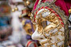 Detaljsikt av den härliga venice maskeringen Traditionell till salu karnevalmaskering Arkivfoto