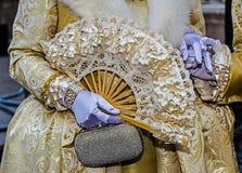 Detaljsikt av en epoquedräkt på Venetian karneval 3 Arkivfoto