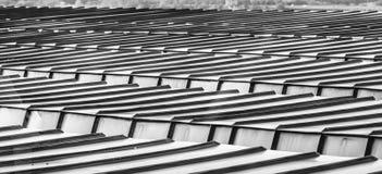 Detaljsikt av ett tak av ett höghus med aluminiumprofiler som takbeläggning fotografering för bildbyråer