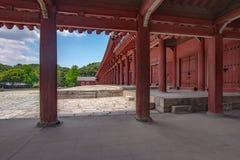 Detaljsikt av kolonnaden av den huvudsakliga templet, Jongmyo relikskrin, Seoul royaltyfri bild