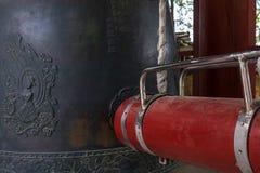 Detaljsikt på en traditionell koreansk sticklingshus, klocka, med utrustning i den Klocka paviljongen i den Bunhwangsa templet Gy arkivfoto