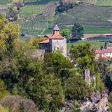 Detaljsikt på slotten Zenoburg Tirol by, landskap Bolzano, s?dra Tyrol, Italien royaltyfri fotografi