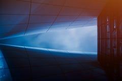 Detaljskottet av abstrakta arkitekturer i blått tonar Arkivbild
