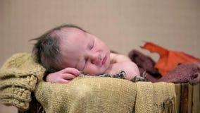Detaljskottet av babys vänder mot under en djup sömn arkivfilmer