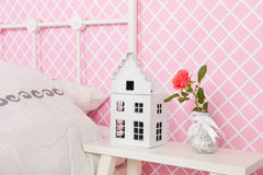 Detaljsovrum med nightstand Royaltyfria Foton