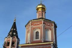 Detaljtak som är catedral i Saratov Arkivbilder