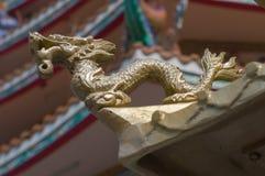 Detalla la estatua de piedra del dragón en el fondo del tejado Fotos de archivo
