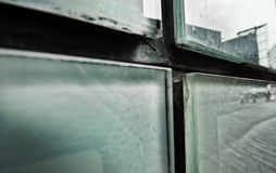Detalle abstracto de cristales sucios en el lado del edificio imagen de archivo libre de regalías