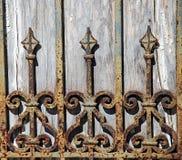 Detalle aherrumbrado de la cerca del hierro labrado Imagen de archivo