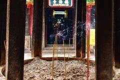 Detalle ardiente del humo del incienso en templo vietnamita fotos de archivo