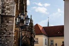 Detalle arquitectónico de la catedral gótica en fondo rojo del tejado Fotos de archivo libres de regalías