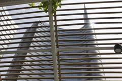 Detalle arquitectónico de la fachada de cristal en el edificio de la torre de Unicredit en Milán Imagen de archivo