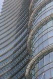 Detalle arquitectónico de la fachada de cristal en el edificio de la torre de Unicredit en Milán Foto de archivo