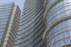 Detalle arquitectónico de la fachada de cristal en el edificio de la torre de Unicredit en Milán Imagen de archivo libre de regalías