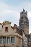 Detalle arquitectónico de la fachada en un edificio viejo colocado en Brujas Fotos de archivo
