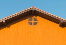 Detalle arquitectónico de la techumbre del metal en la construcción comercial Fotos de archivo libres de regalías
