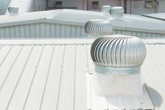 Detalle arquitectónico de la techumbre del metal en la construcción comercial Imagen de archivo libre de regalías