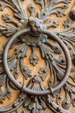 Detalle arquitectónico en la puerta de Notre Dame de Paris Imagen de archivo