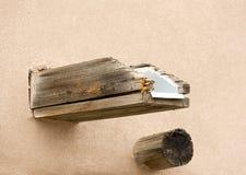 Detalle arquitectónico occidental del canalón de agua y del viga de madera Fotografía de archivo