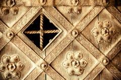 Detalle arquitectónico. Puerta de madera vieja decorativa de la parte con el ornamento Fotos de archivo libres de regalías