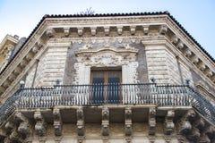 Detalle barroco de Catania del ornamento en balc?n en el edificio hist?rico fotografía de archivo libre de regalías