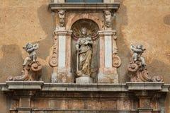 Detalle barroco de la fachada de la iglesia en Taormina, isla de Sicilia foto de archivo