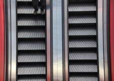 Detalle bidireccional del primer de la escalera móvil con las piernas Imagen de archivo